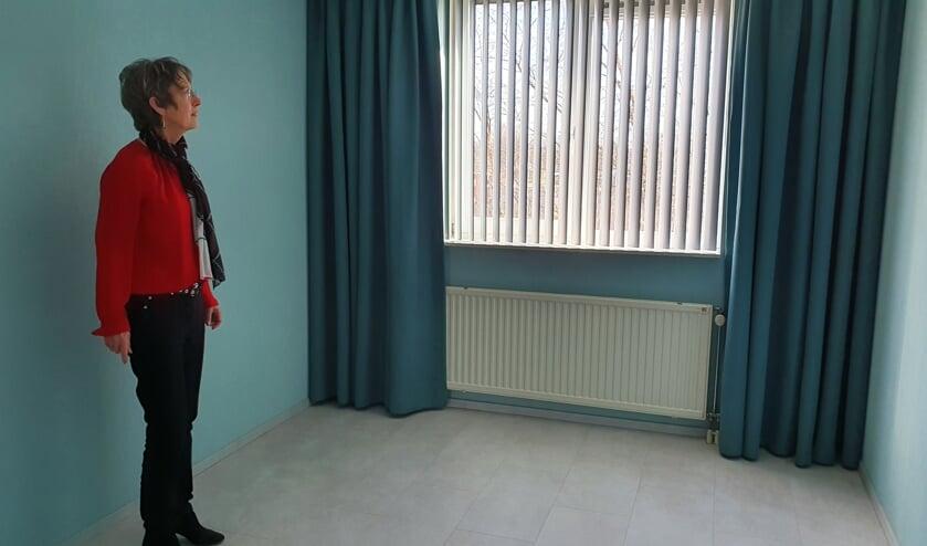 • Rikie Krekels in één van de opgeknapte kamers in haar woning.