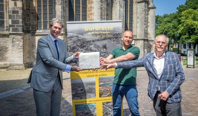 • De overhandiging het eerste exemplaar aan burgemeester Wouter Kolff (links) door auteur Niels Dekker (midden ) en uitgever Peter Egge (rechts).