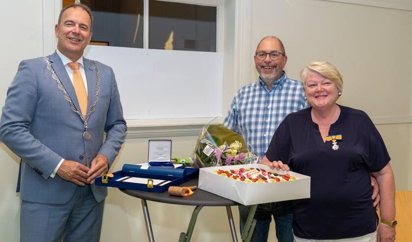 • Janny Meijer met haar man en burgemeester Paans.