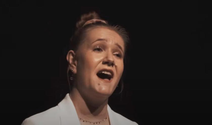<p>Still uit de videoclip op YouTube.</p>