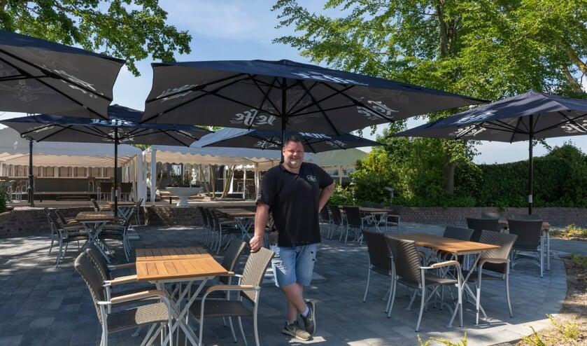 <p>Dave van der Westen op het terras van Brasserie De Laegt in Almkerk.</p>