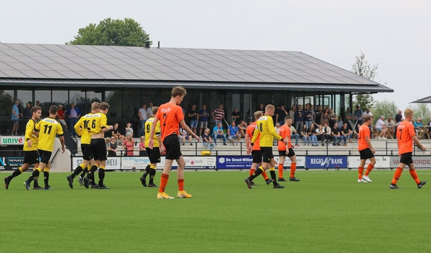 • Het mocht vandaag weer: voetballen tegen een andere club mét publiek op de tribune.