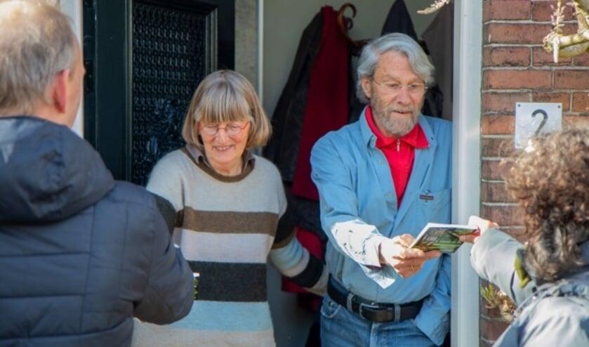 <p>Auteur Hanneke van Dijk en samensteller van de fruitcollectie George Otter ontvingen van KlimaatNeutraal IJsselstein het eerste exemplaar van het vernieuwde boekje. Foto: Harm van Barneveld</p>
