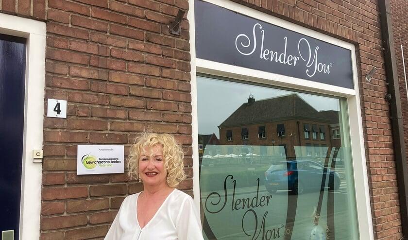 <p>• Elme Verduijn bij het BGN-bordje aan de gevel van haar salon.</p>