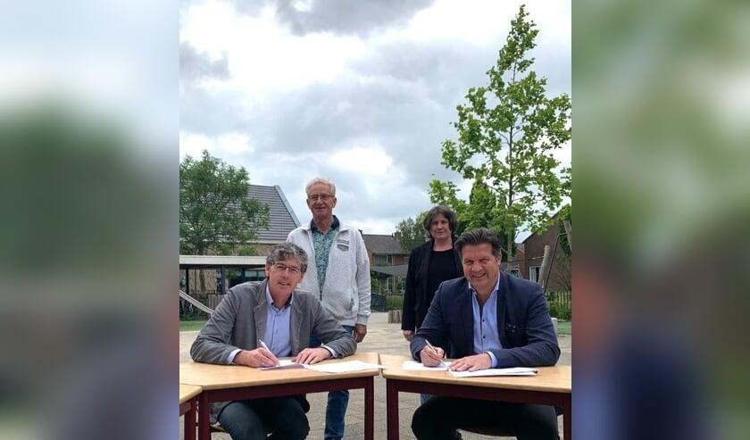 • Wethouder Bram Visser en Jaco Offermans van De Zaaier ondertekenen de overeenkomst.