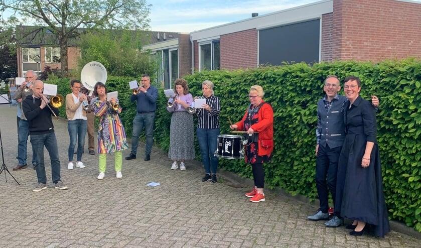 <p>&bull; Muziekvereniging Euphonia Meerkerk brengt serenade aan bruidspaar Arno Overbeek en Marjolein Hakkesteegt</p>