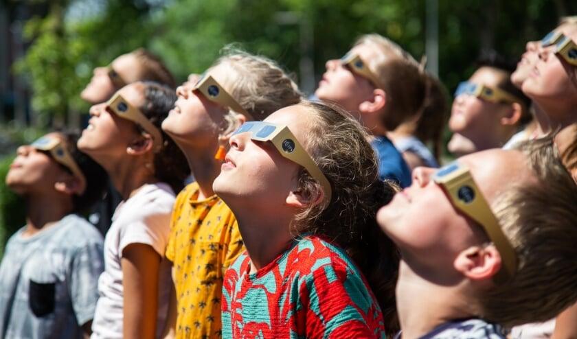 kinderen van De Rank bekijken de zonsverduistering
