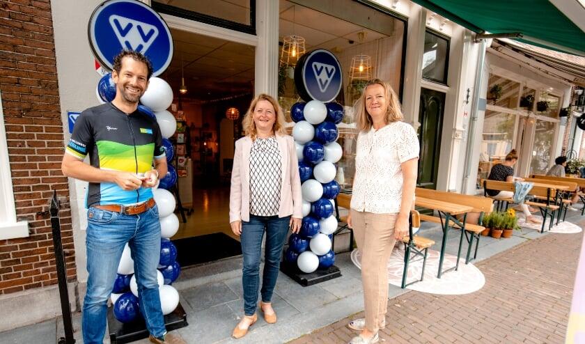 <p>In Vianen bezocht gedeputeerde Arne Schaddelee met wethouder Christa Hendriksen en Martine van Amerongen Citymarketeer Vrijstad Vianen de nieuwe VVV.</p>