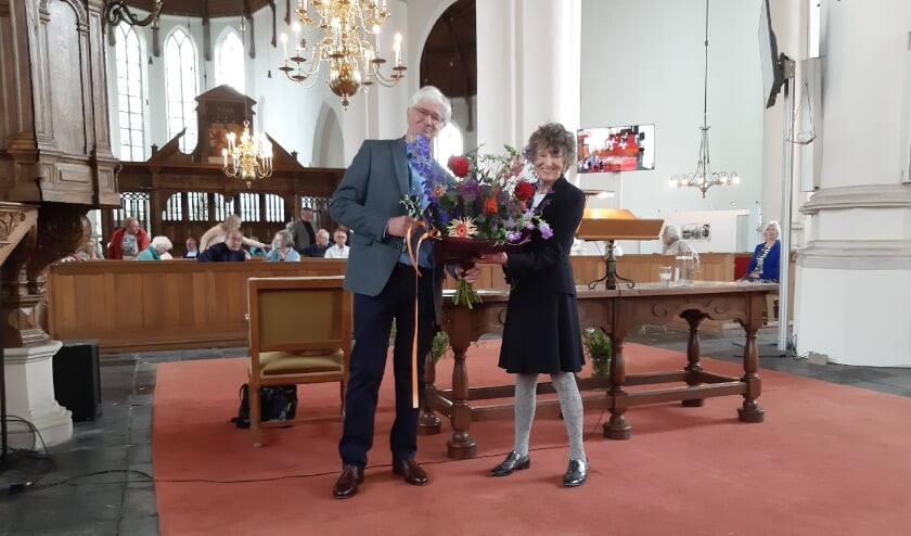 <p>&bull; Hedy d&#39;Ancona krijgt na afloop bloemen van Ralf Kr&auml;mer, voorzitter van de historische vereniging Land van Brederode.</p>