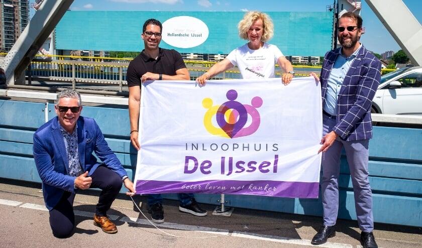 <p>&bull; Wethouders Marco Wilson en Hugo van der Wal naast Evelien van der Werff. Zittend: Anton Maurik, manager van Inloophuis De IJssel, met vestigingen in Krimpen en Capelle aan den IJssel.&nbsp;&nbsp;</p>