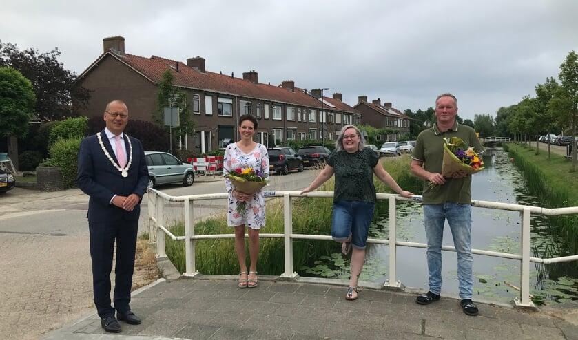 • Burgemeester Segers met Linda, Bianca en Gerrit-Jan.