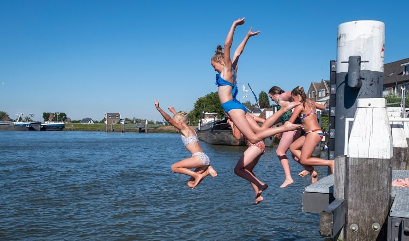 <p>• Jeugd springt vanaf een steiger bij Ouderkerk de IJssel in.&nbsp;</p>