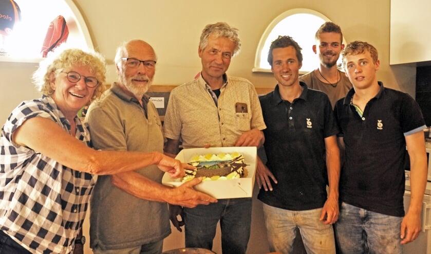 <p>Wim Straver van de gelijknamige firma in Almkerk neemt een taart in ontvangst.</p>