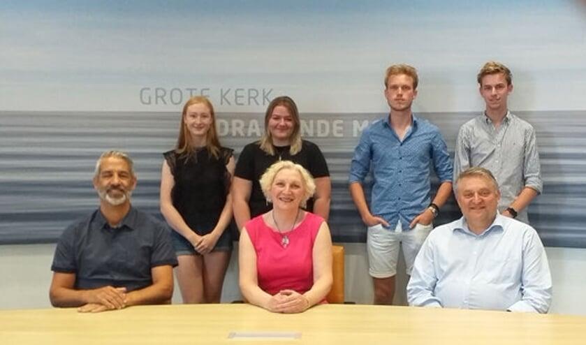 • Enkele jongeren en de initiatiefnemers van het Jongerenplatform, met Karel Spitsbaard links en Ruud Lammers rechts vooraan.