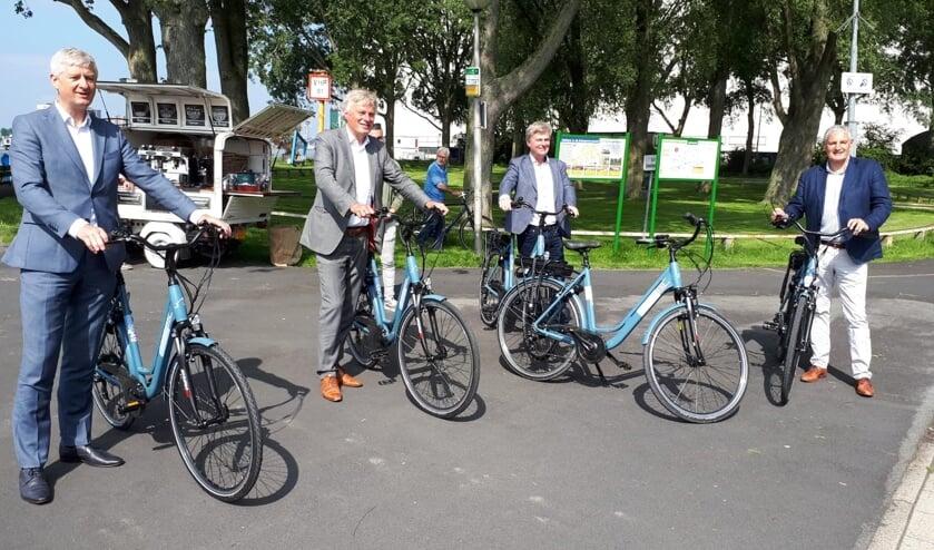<p>&bull; Wethouders Anthon Timm, Wubbo Tempel en Leon de Wit (rechts) op de deelfiets van Windmill Bike.&nbsp;&nbsp;</p>