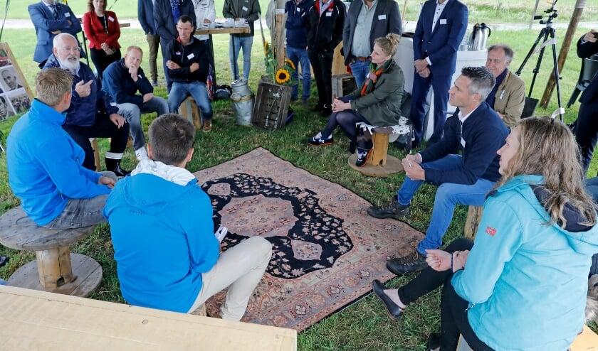 • Frans Timmermans in gesprek met de boeren.