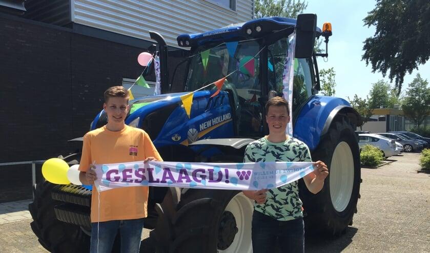 <p>• Mitchell Borst (links) en Gerben Meerkerk kwamen met de tractor.</p>
