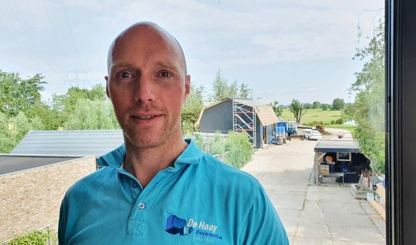 <p>• Kees-Jan de Haay, met op de achtergrond zijn versneld af te bouwen schuur.</p>