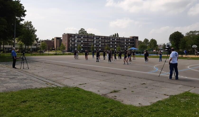• De leerlingen zijn bezig met de Flashmob terwijl de opnamen gemaakt worden.
