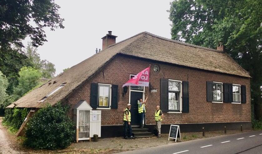 • De opening van de Archeologiedag, met v.l.n.r. Edwin de Jong (Kringloopwinkel Zederik, Gerti de Koeijer (Beleef de Geschiedenis) en Ronnie Hendriks (Vereniging Historisch Lexmond en Hei-en Boeicop).