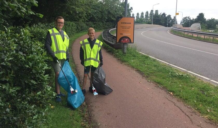 • Lars en Leen Verschoor in actie tijdens de schoonmaak van afgelopen zaterdag.