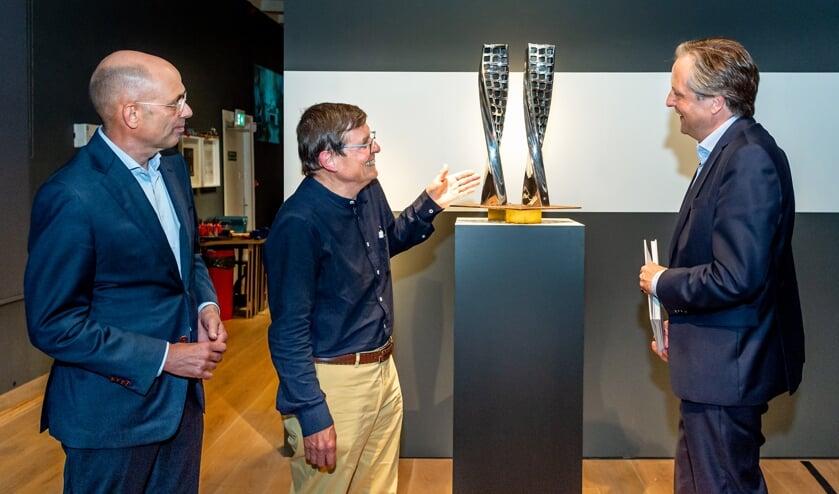 <p>&bull; D66-coryfee en kunstkenner Alexander Pechtold opende donderdag in het Nederlands Zilvermuseum in Schoonhoven de tentoonstelling &#39;Ground Hope&#39; van zilverkunstenaar Jan van Nouhuys. Links museumdirecteur Marcel Teheux.</p>