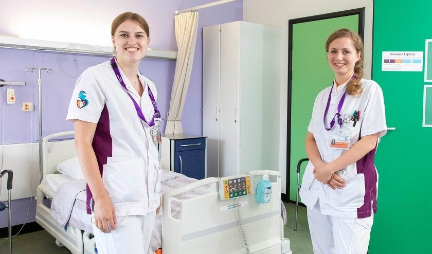 <p>&bull; Verpleegkundigen Demy (links) en Kim beginnen hun ziekenhuisloopbaan met veel afwisseling en groeiende verantwoordelijkheid, om daarna bewust te kiezen.&nbsp;</p>