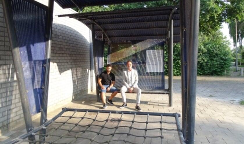 <p>Jongerenwerker Haitham Taher en wethouder Duindam van Oudewater bij het nieuwe JOP naast sporthal Noort Syde.</p>