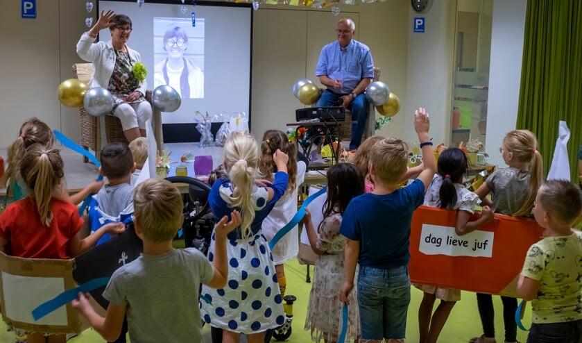 • Kinderen van De Bron in Gouderak namen donderdag afscheid van directeur Aria Vaatstra.