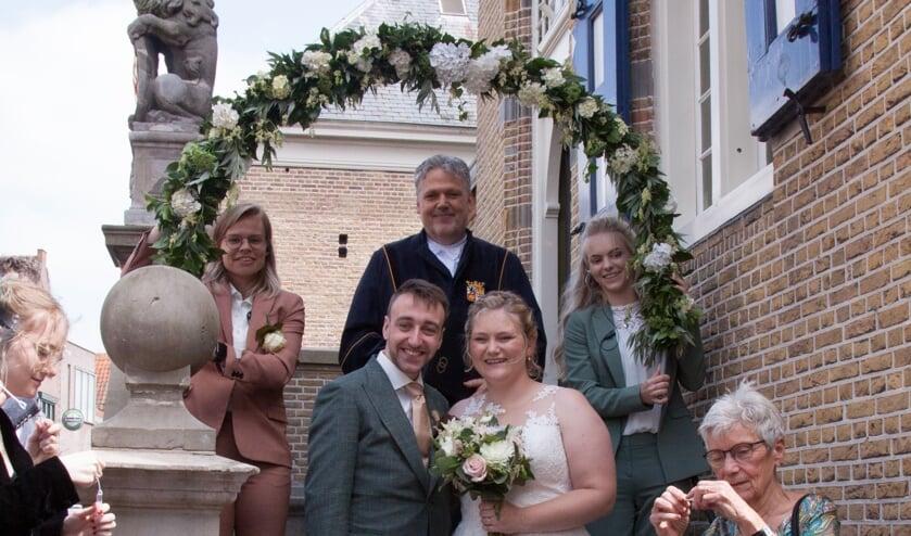 <p>&bull; Kersvers bruidspaar Jelle en Manon Pina.</p>