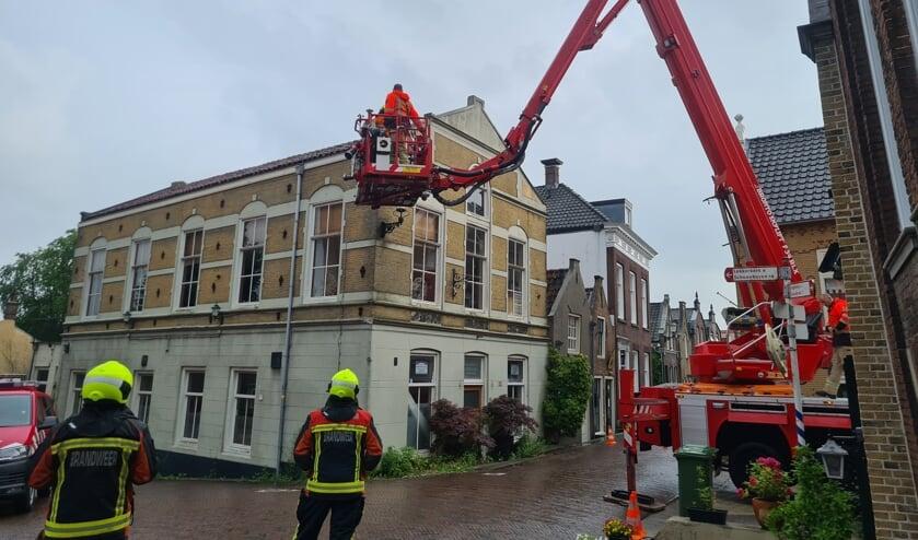 <p>• Met behulp van een ladderwagen van de brandweer is de gevel gecontroleerd en zijn loszittende stukken verwijderd.</p>