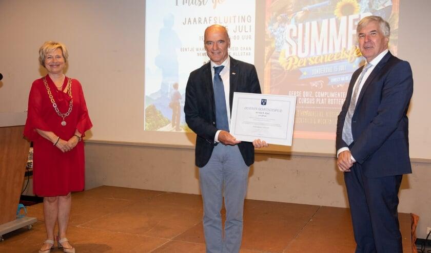 • De oorkonde voor Kees Kloet, met links burgemeester Annemiek Jetten en rechts wethouder Kees de Ruijter.