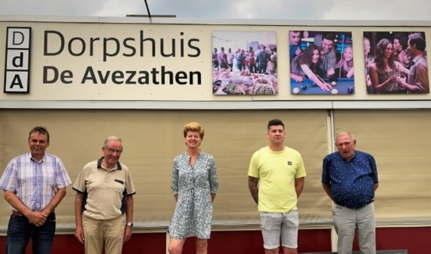 <p>Het bestuur en het beheerdersduo van Dorpshuis &#39;De Avezathen&#39; zien het na de geslaagde inzamelingsactie weer zitten.</p>