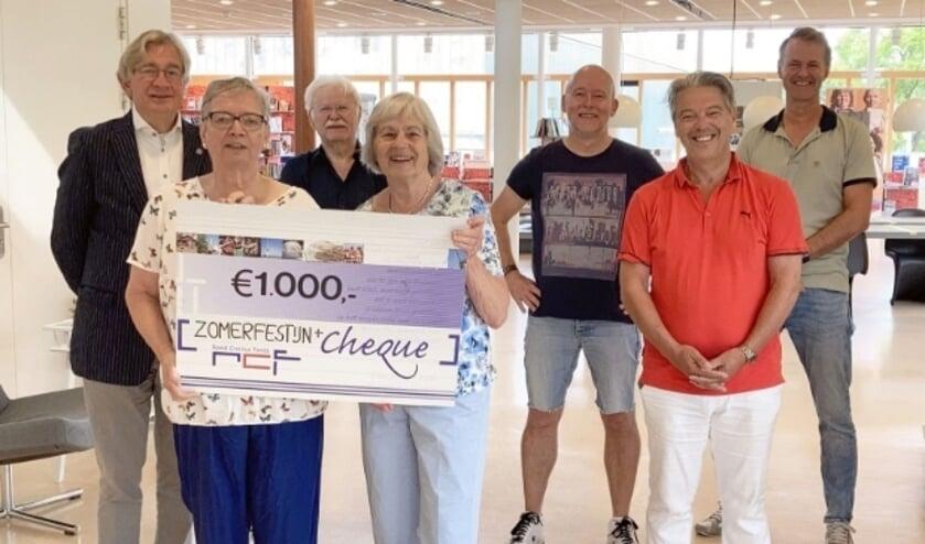 <p>De twee vrijwilligers van het Zomerfestijn+ (links) zijn blij met de cheque die ze van aanvrager en deelneemster Charlotte Idsinga namens het Roest Crollius Fonds ontvingen.&nbsp;</p>