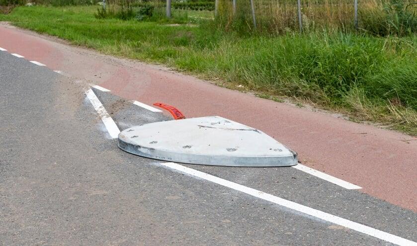 <p>De obstakels op de Middenweg werden kort na de aanleg al kapot gereden.</p>