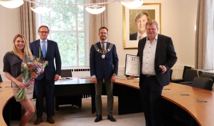 <p>Redder &nbsp;Dick van Ooijen (rechts) met van links naar rechts: Hanna Brazhnyk, de heer Voute - bestuurslid van de KMRD - en burgemeester Laurens de Graaf .</p>