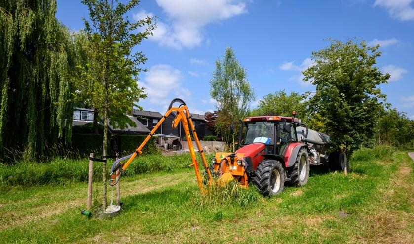 <p>&bull; Een trekker met tank en vulslang gaf de bomen aan de Veerweg water.</p>