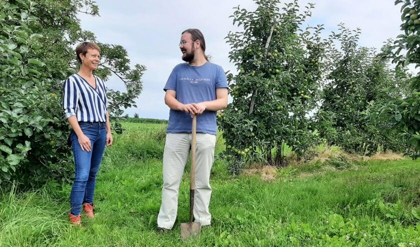 <p>Gerdien Dijkstra (projectleider) en Elian Goeman (werkgroeplid) bij het terrein in Geldermalsen waar het voedselbos is gepland.</p>