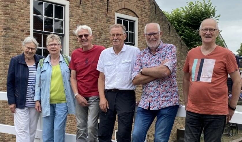 <p>Marrie, Corrie, Wijno, Henk, Gijs en Gert op de brug bij de voormalige dorpsherberg, terug in Linschoten. &#39;&#39;Want het is nergens zoals daar.&#39;&#39; &nbsp;</p>