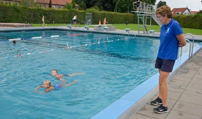 <p>Ellen en Herman oefenen op de schoolslag onder het toeziend oog van badjuffrouw Monique.</p>