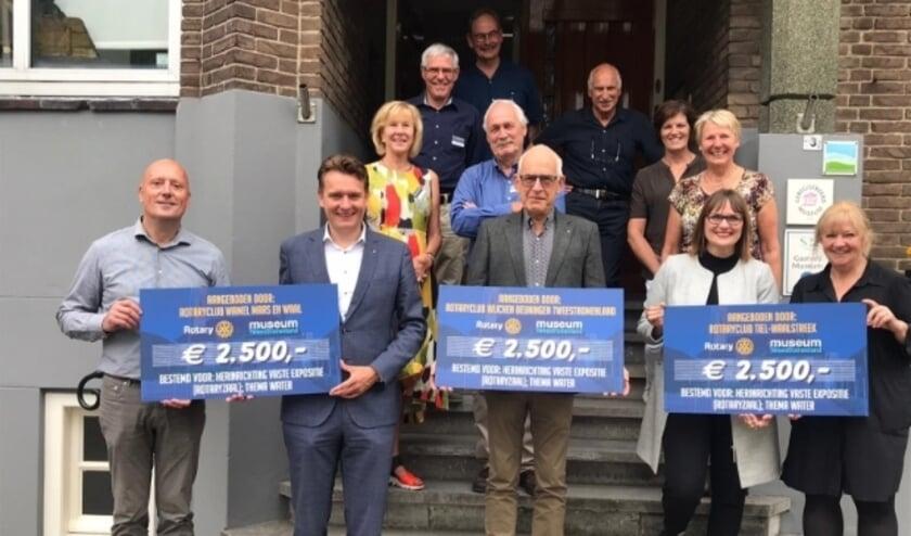 overhandiging van de cheques van de drie Rotary clubs