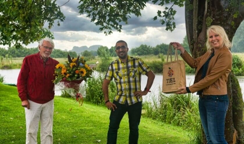 Kamran Lips (midden) wordt in de prijzen gezet door Leo Leenders van Aan de Linge Recreatie en stadspromotor Marlous Löffelman
