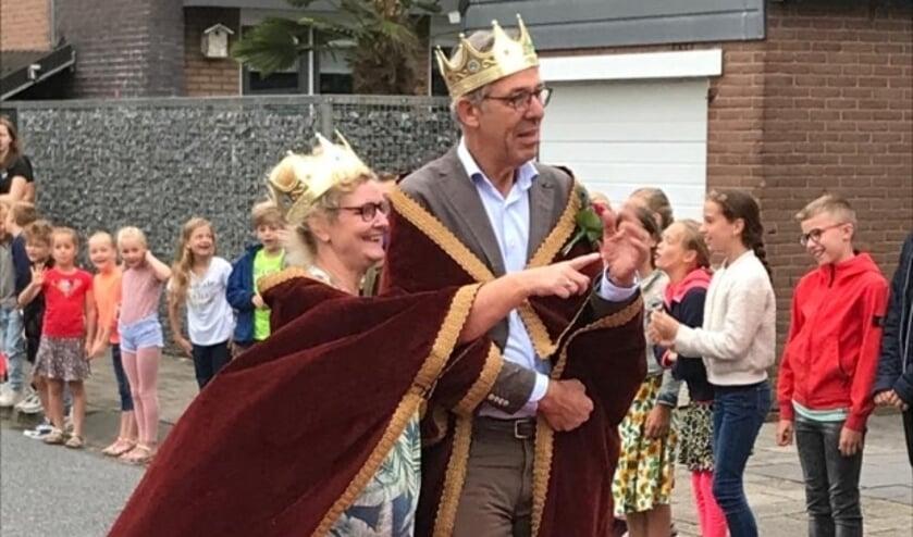 <p>Op de Heeswijk stond een erehaag klaar voor de ontvangst van koning &nbsp;- meester - &nbsp;Jan en koningin &nbsp;- juf - &nbsp;Trudy.&nbsp;</p>