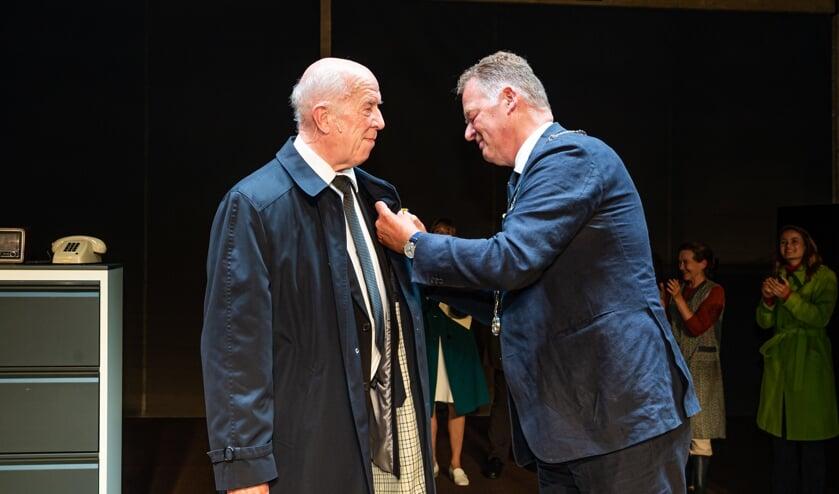 <p>Burgemeester Roel Cazemier reikte zaterdagavond in een theatertent bij de Twee Hoeven in Haastrecht een koninklijke onderscheiding uit aan acteur Helmert Woudenberg voor zijn grote verdiensten als acteur in Nederlandse speelfilms, in televisieseries en op het toneel. Woudenberg, lid van toneelgroep Jan Vos, speelde de hoofdrol van Eurocommissaris Sicco Mansholt in de voorstelling &#39;Mansholt&#39; dat zich, naar een waargebeurd verhaal, afspeelde in 1972.</p>