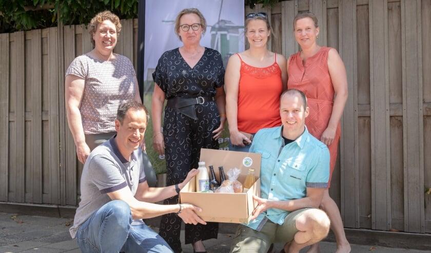 <p>&bull; De initiatiefnemers van de K&#39;WRD Box, het lokale boodschappenpakket, hebben het concept overgedragen aan Corine de Haij (linksboven) van Streekwinkel Krimpenerwaard.&nbsp;</p>