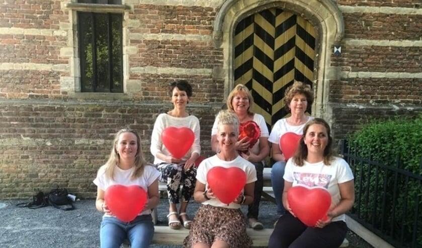 <p>De dames van de Stichting Met je hart IJsselstein trekken er op uit om ouderen wat plezier te geven.</p>