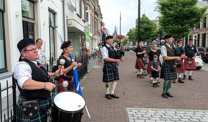 The Holland Massed Pipes & Drums op de Viaanse Voorstraat