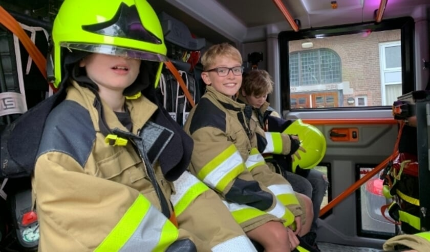 Afscheid De Meent in Ommeren in een brandweerauto.
