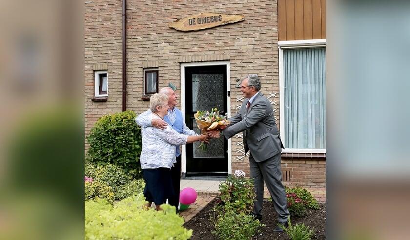 <p>De heer en mevrouw Van Wamel-Vermeulen en burgemeester Jan Kottelenberg.</p>