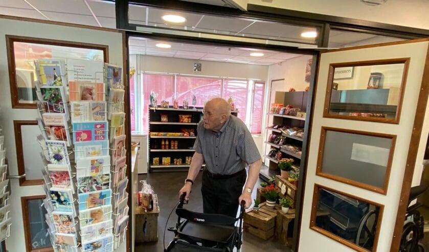 <p>• Meneer Zwiers kwam als een van de eerste bewoners van zorgcentrum De Waard een kijkje nemen in de nieuwe minimarkt.</p>
